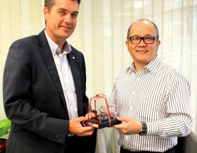 Høyer Hails Singapore's Part in Badminton Growth