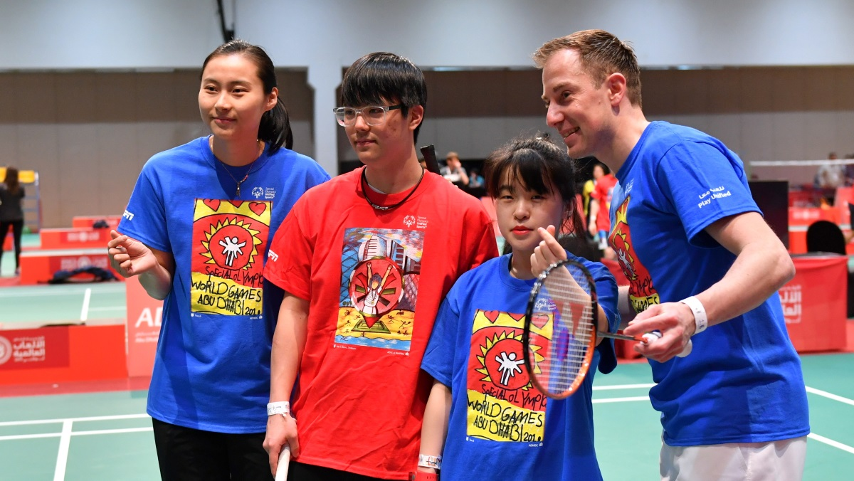 Wang Yihan's Thumbs-Up for Special Olympics
