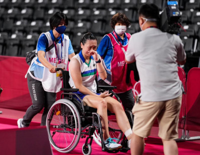 Beiwen Zhang Retires Hurt with Achilles Tendon Injury